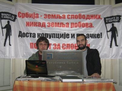 Osnivači Pokreta za slobodu sa tablom skinutom sa zgrade Agencije za privatizaciju